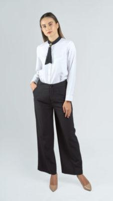 Chiếc quần tây ống rộng, phối với chiếc áo sơ mi trắng vừa mang tính dịu dàng trẻ trung hơn.