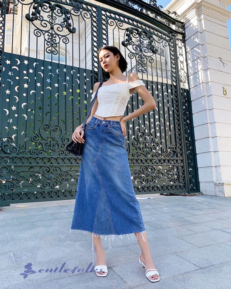 Chân váy jean chữ A phối cùng áo trễ vai cho một chút cá tính và nét gợi cảm từ bờ vai